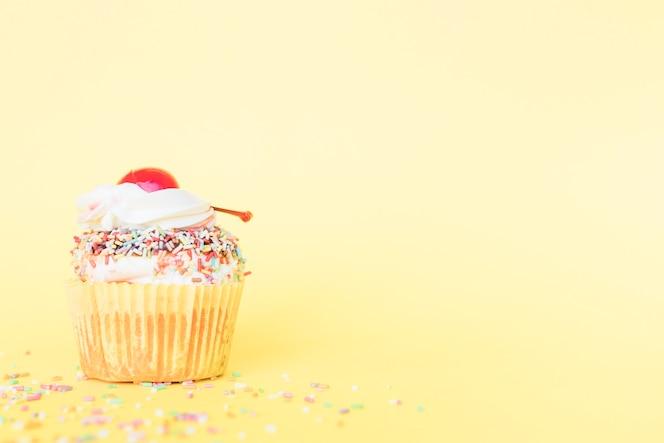 Muffin de cumpleaños de primer plano con cereza