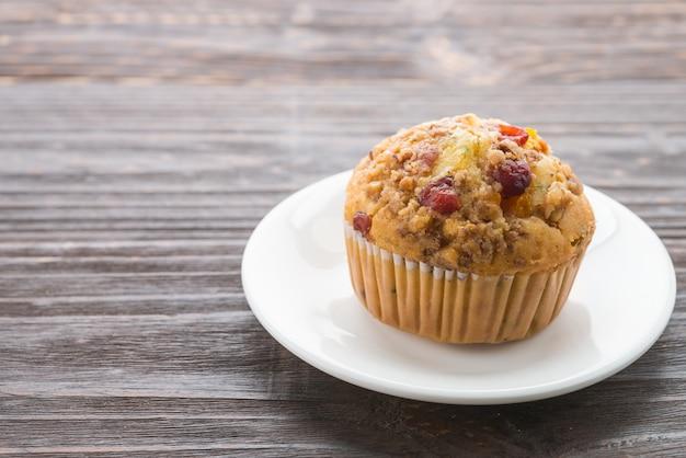 Muffin en mesa de madera