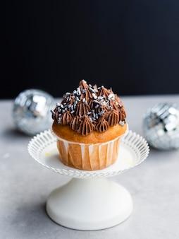 Muffin sabroso de alto ángulo y globos de discoteca