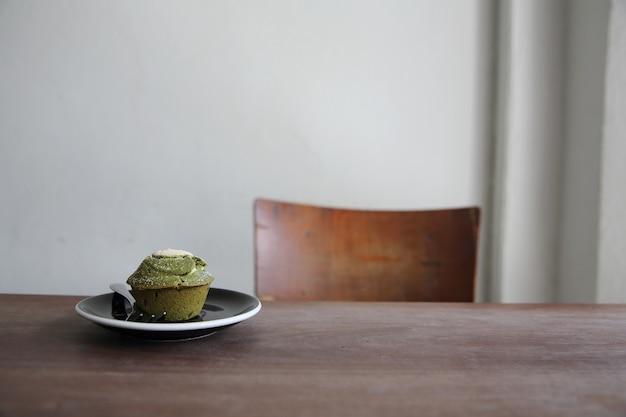 Muffin de te verde sobre madera