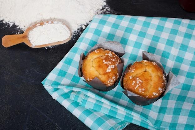 Muffin y utensilios de cocina.