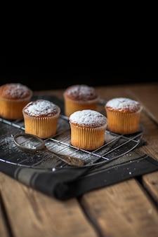 Muffins de alto ángulo en la bandeja