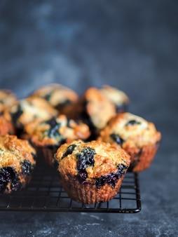 Muffins de arándanos caseros en la oscuridad