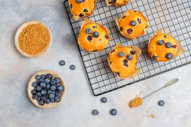 Muffins de arándanos deliciosos caseros frescos.