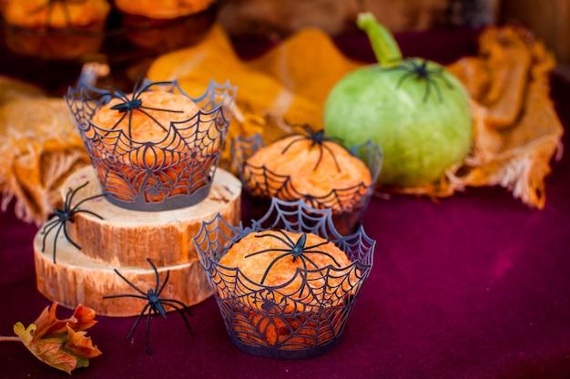 Muffins de calabaza de halloween decorados con arañas y telaraña