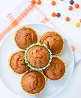 Muffins de calabaza saludables en un plato blanco