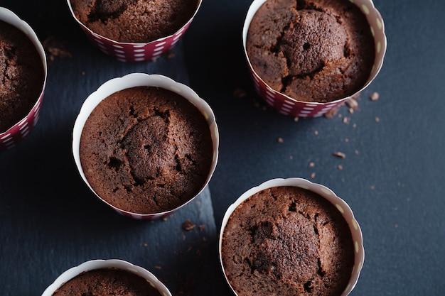 Muffins de chocolate apetitosos sabrosos en tazas.