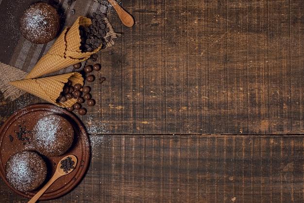 Muffins de chocolate e ingredientes en conos.