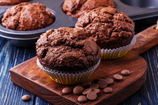 Muffins de chocolate con gotas de chocolate en la oscuridad