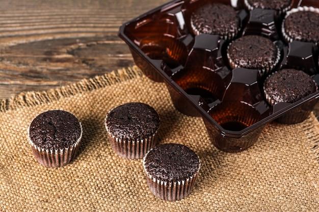 Muffins de chocolate en mesa de madera