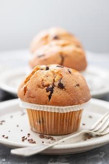 Muffins con chocolate en un plato blanco sobre fondo de cerámica