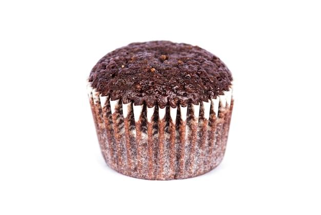 Muffins de chocolate sobre fondo blanco.