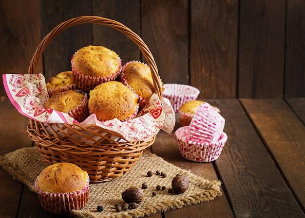 Muffins de frutas con nuez moscada y pimienta de jamaica en una mesa de madera