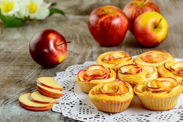 Muffins de manzana en forma de manzana sobre fondo de madera