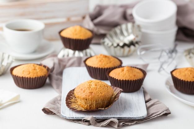 Muffins de miel sobre una plancha de madera. comida sana