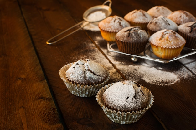 Muffins sobre fondo oscuro