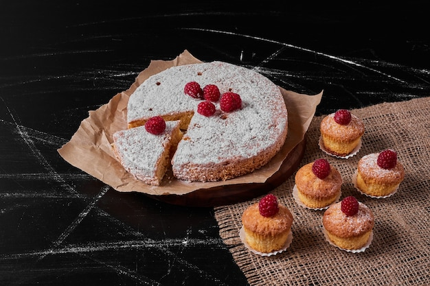 Muffins con tarta de limón en bandeja de madera.