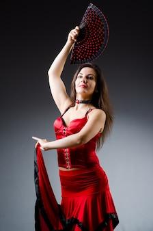 Mujer con abanico bailando bailes