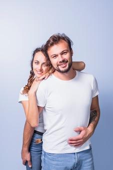 Mujer abrazando al hombre por detrás