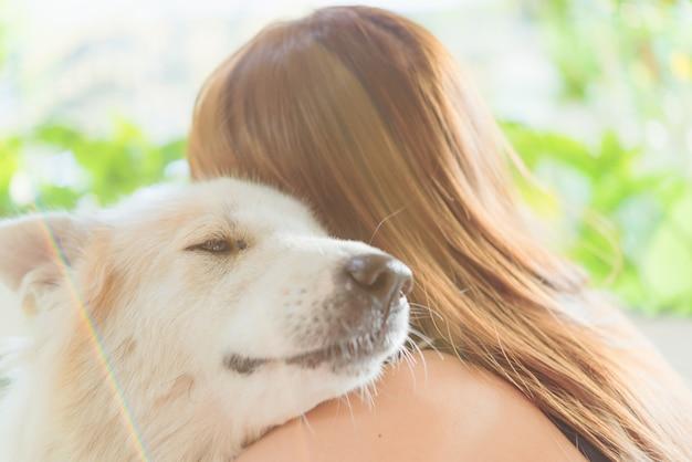 Mujer abrazando a su perro amigable mascota primer perro grande, felicidad y amistad
