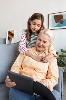 Mujer abrazos nieta de tiro medio