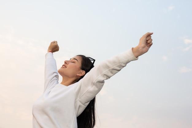 Mujer abriendo los brazos