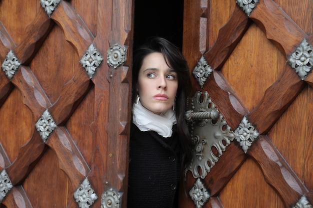 Mujer abriendo una puerta delantera