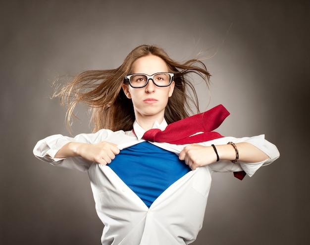 Mujer abriendo su camisa como un superhéroe