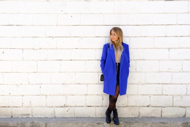 Mujer del abrigo azul en la calle