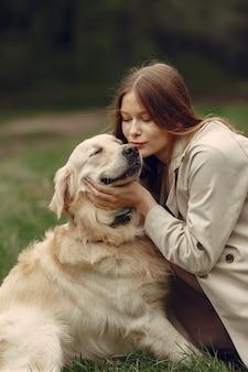 Mujer con un abrigo marrón. dama con un labrador