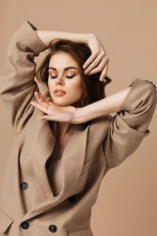 Mujer en abrigo toma de la mano cerca de cosméticos de encanto de cara