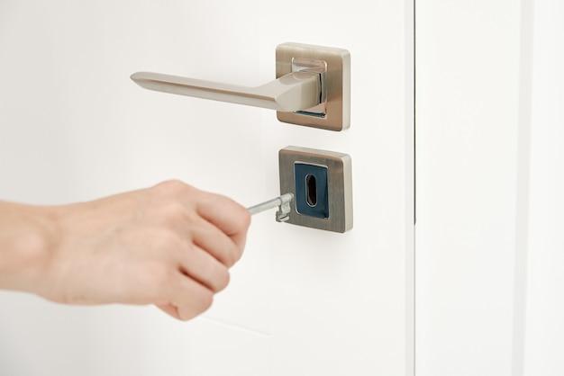 Mujer abrir llave en la puerta de la habitación