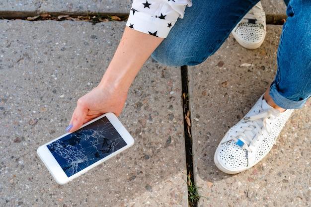 Mujer acaba de romper su teléfono inteligente en el piso