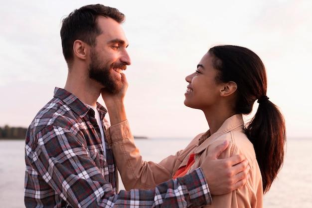Mujer acariciando la mejilla de su novio