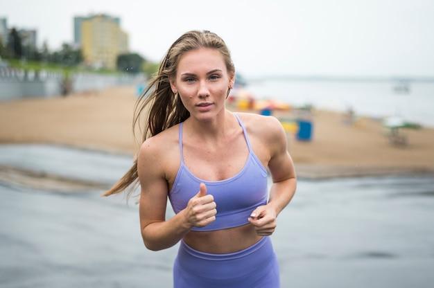 Mujer activa corriendo medio disparar al aire libre