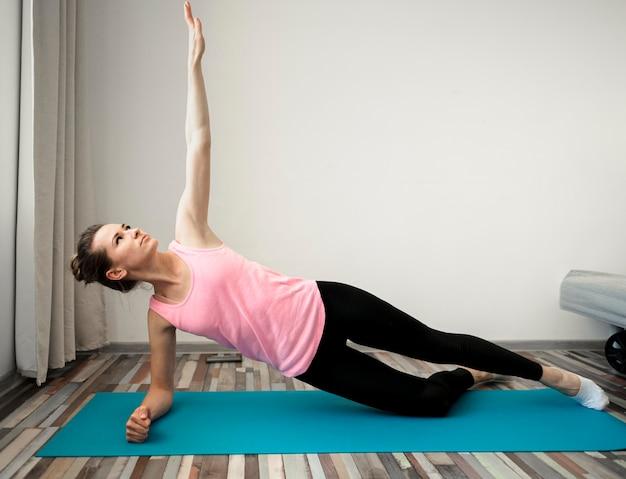 Mujer activa haciendo ejercicio en casa
