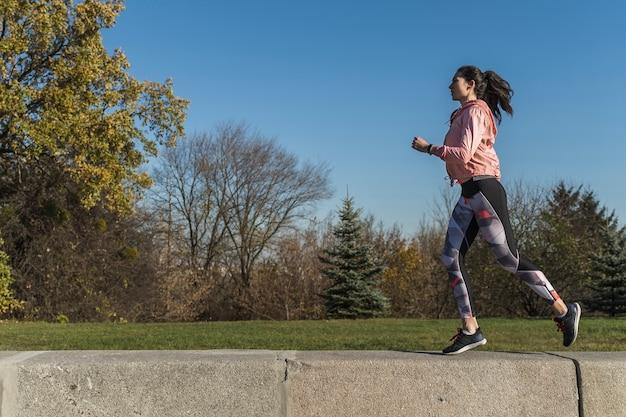 Mujer activa trotar al aire libre