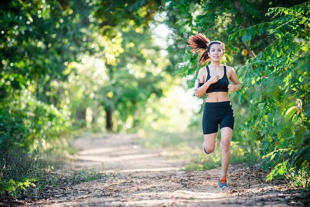 Mujer actividad arbol de camino solo