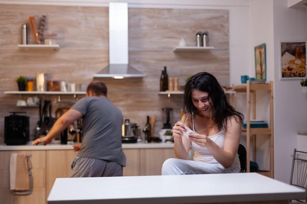 Mujer con adicción a narcóticos sentado en casa