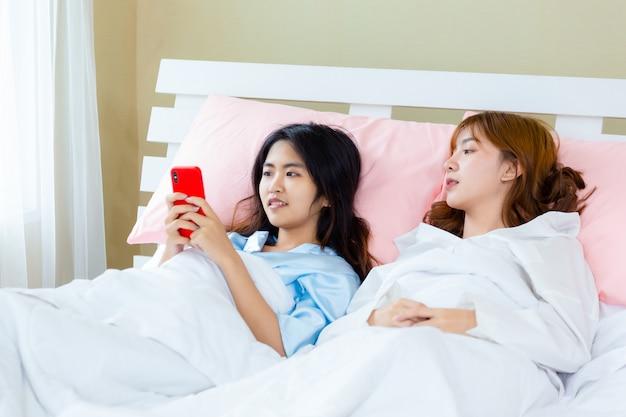 Mujer adolescente alegre uso selfie teléfono inteligente en la cama