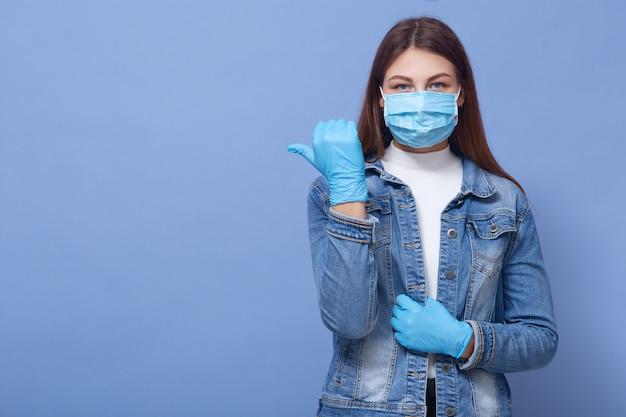 Mujer adolescente con mascarilla quirúrgica y guantes para la prevención del coronavirus