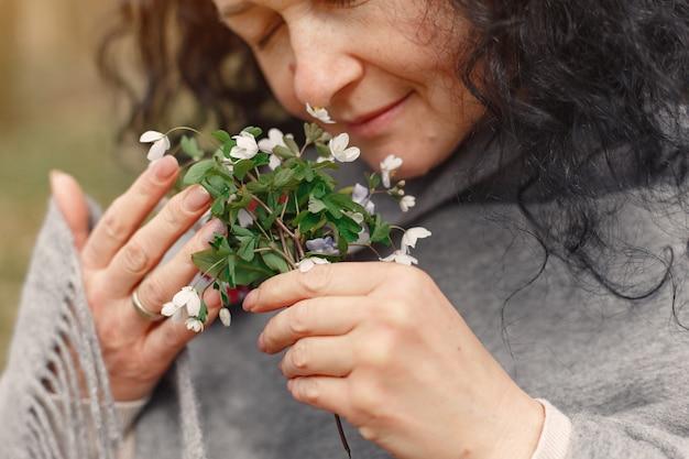 Mujer adulta en un bosque de primavera