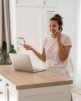 Mujer adulta casual hablando por teléfono