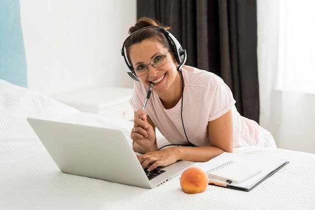 Mujer adulta casual trabajando en casa