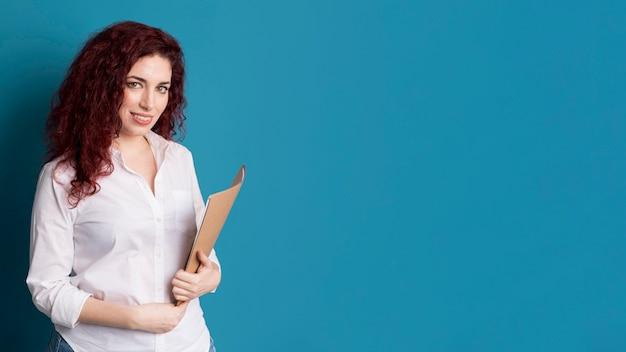 Mujer adulta con documentos con espacio de copia