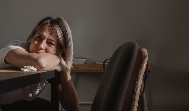 Mujer adulta estresando en casa