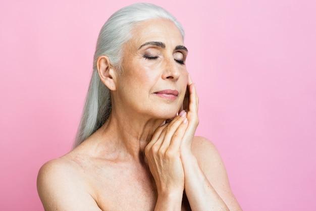 Mujer adulta con fondo rosa