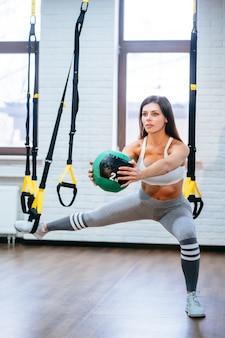 Mujer adulta joven haciendo ejercicios en el gimnasio