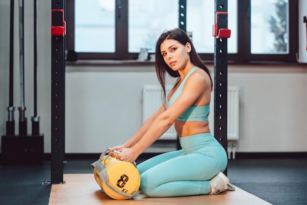 Mujer adulta joven posando en el gimnasio