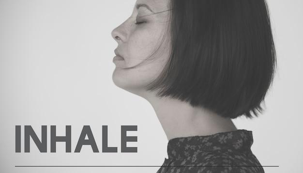 Mujer adulta con palabra de motivación de inhalar vida